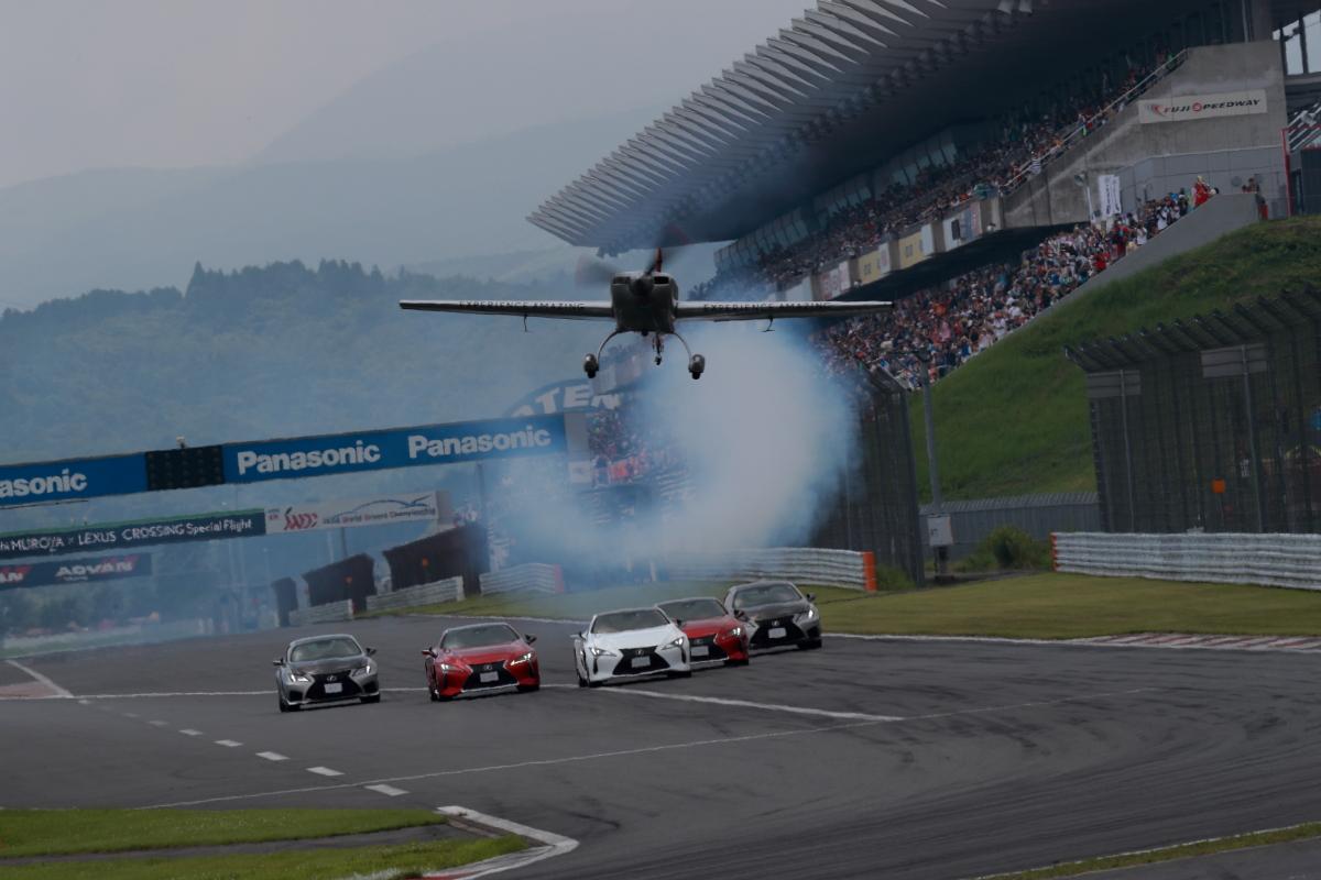 「LEXUSが今年も陸と空で共演!室屋義秀選手が富士でフライトパフォーマンスを披露【SUPER GT 2019】」の4枚目の画像