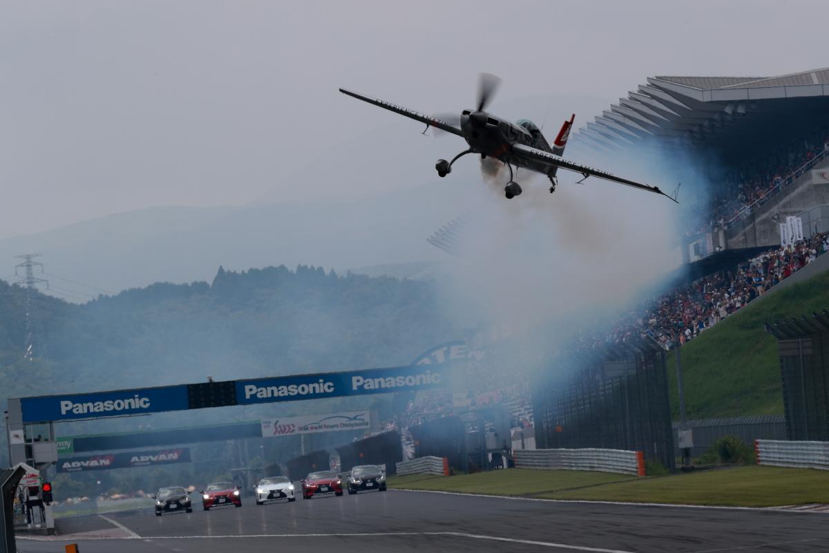 「LEXUSが今年も陸と空で共演!室屋義秀選手が富士でフライトパフォーマンスを披露【SUPER GT 2019】」の3枚目の画像