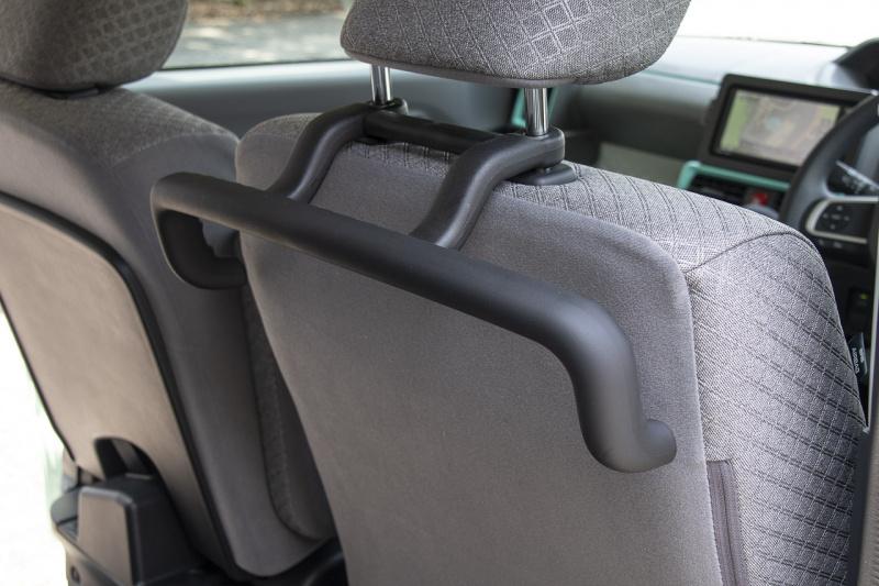 ダイハツ新型タントの運転席シートバック用ラクスマグリップ