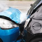 もし事故が起きたら落ち着いて「救急→警察→保険会社」の順に連絡することが必須!【保険/車検のミニ知識】 - 273703017