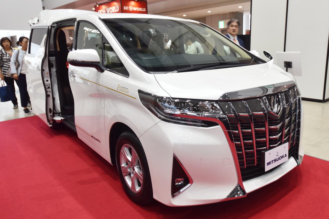 「光岡自動車が新型霊柩車「プレミアムフュージョン」をエンディング産業展で初公開」の1枚目の画像