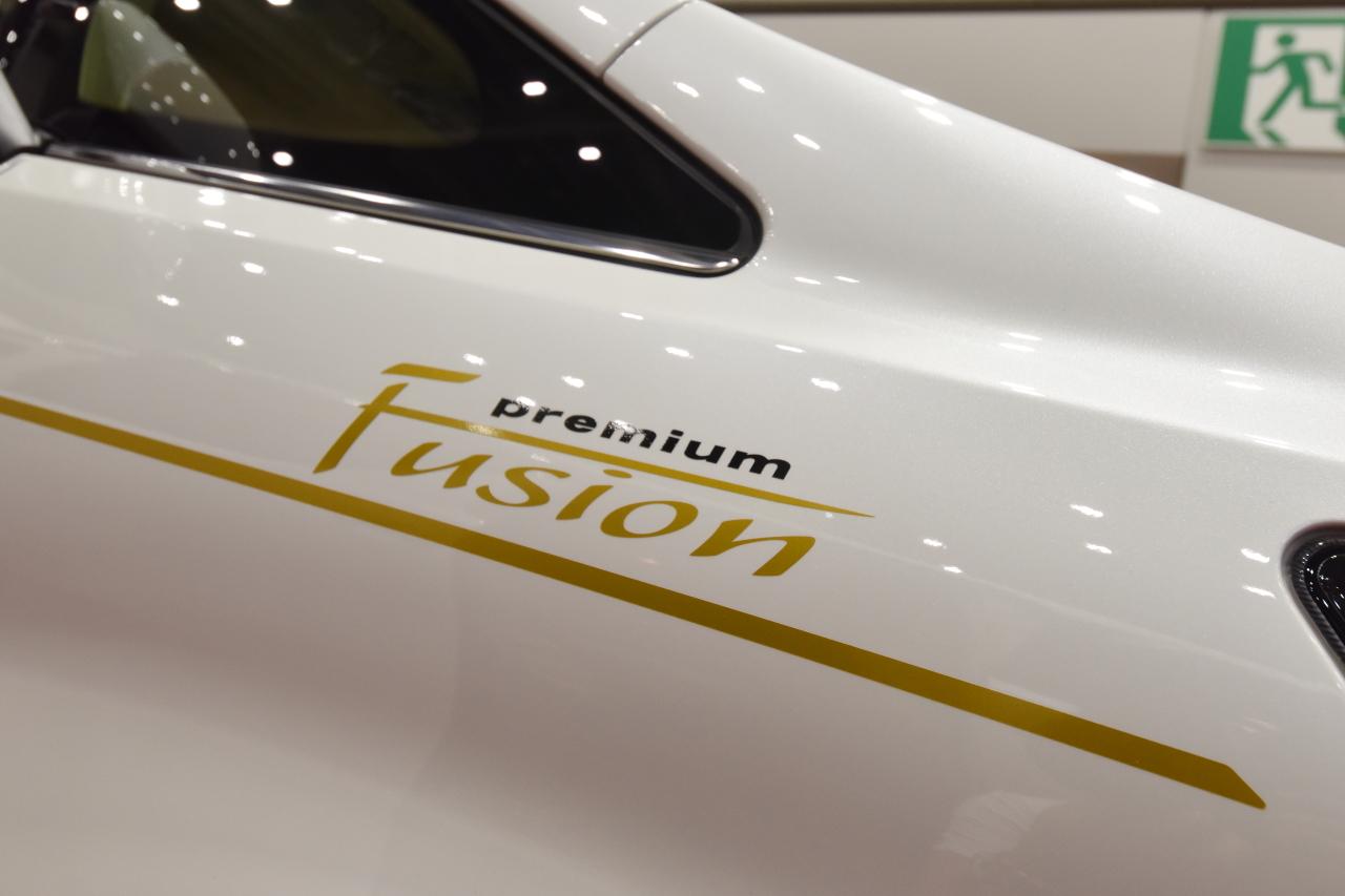 「光岡自動車が新型霊柩車「プレミアムフュージョン」をエンディング産業展で初公開」の2枚目の画像