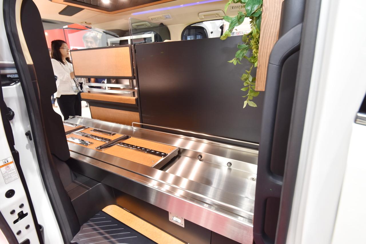 「光岡自動車が新型霊柩車「プレミアムフュージョン」をエンディング産業展で初公開」の4枚目の画像
