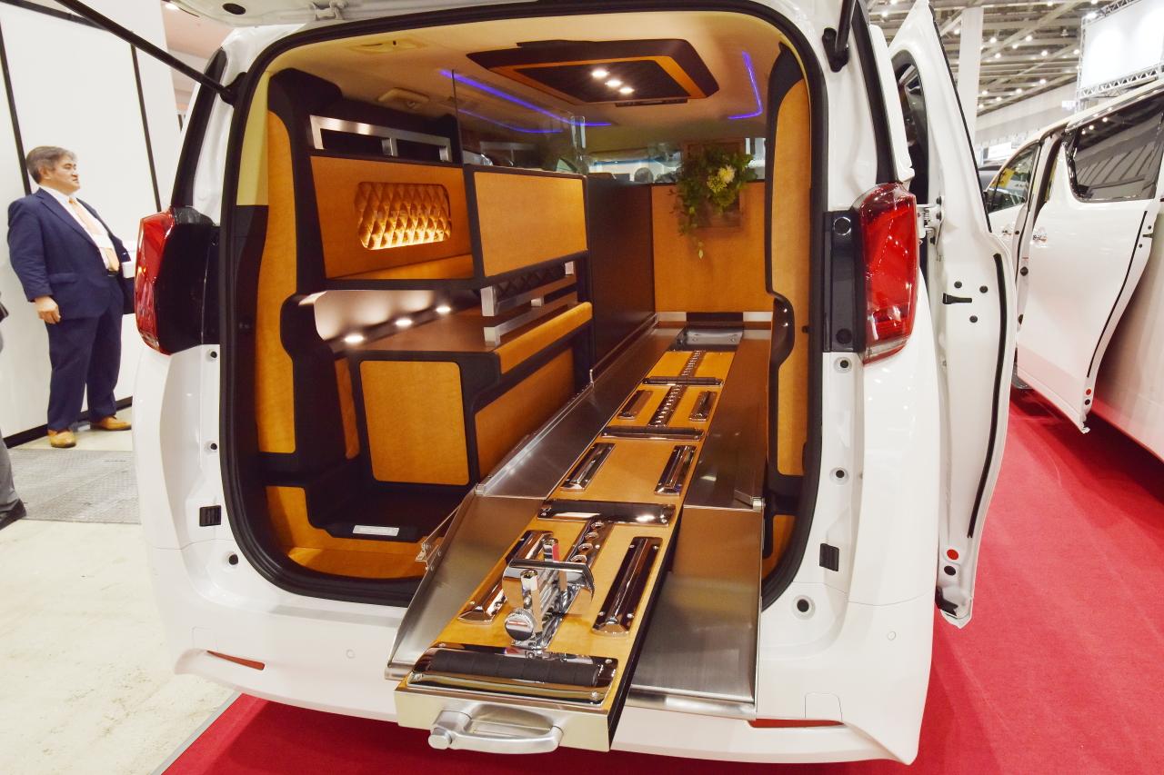 「光岡自動車が新型霊柩車「プレミアムフュージョン」をエンディング産業展で初公開」の6枚目の画像