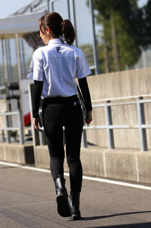 ピットを歩く水村リアさん