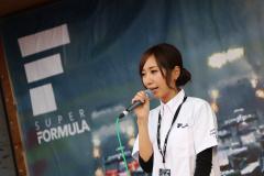 スーパーフォーミュラでステージMCを務める水村リアさん