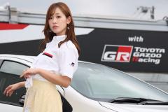 レースクイーンの中村比奈さんとアクア GR SPORT