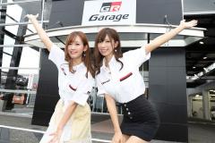 レースクイーンの生田ちむさん、中村比奈さん