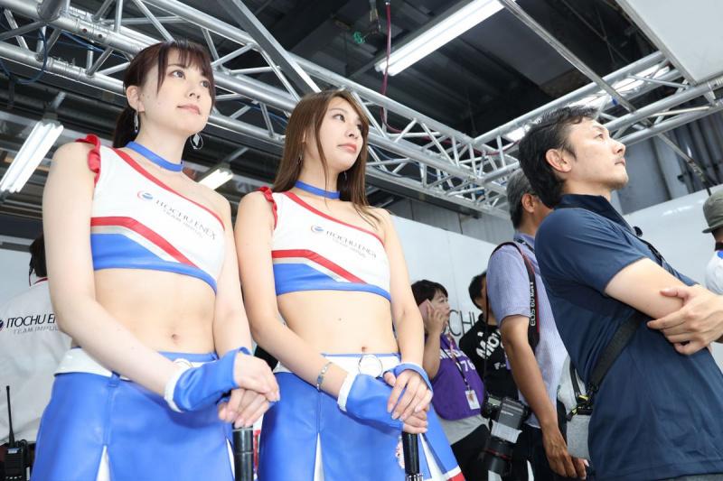 平川を見守るチームスタッフ