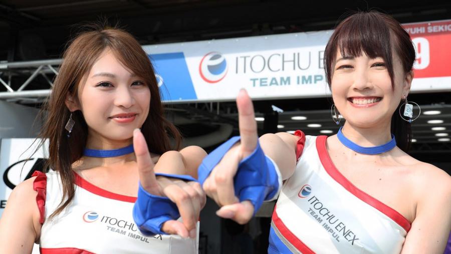 平川優勝を歓ぶレースクイーン