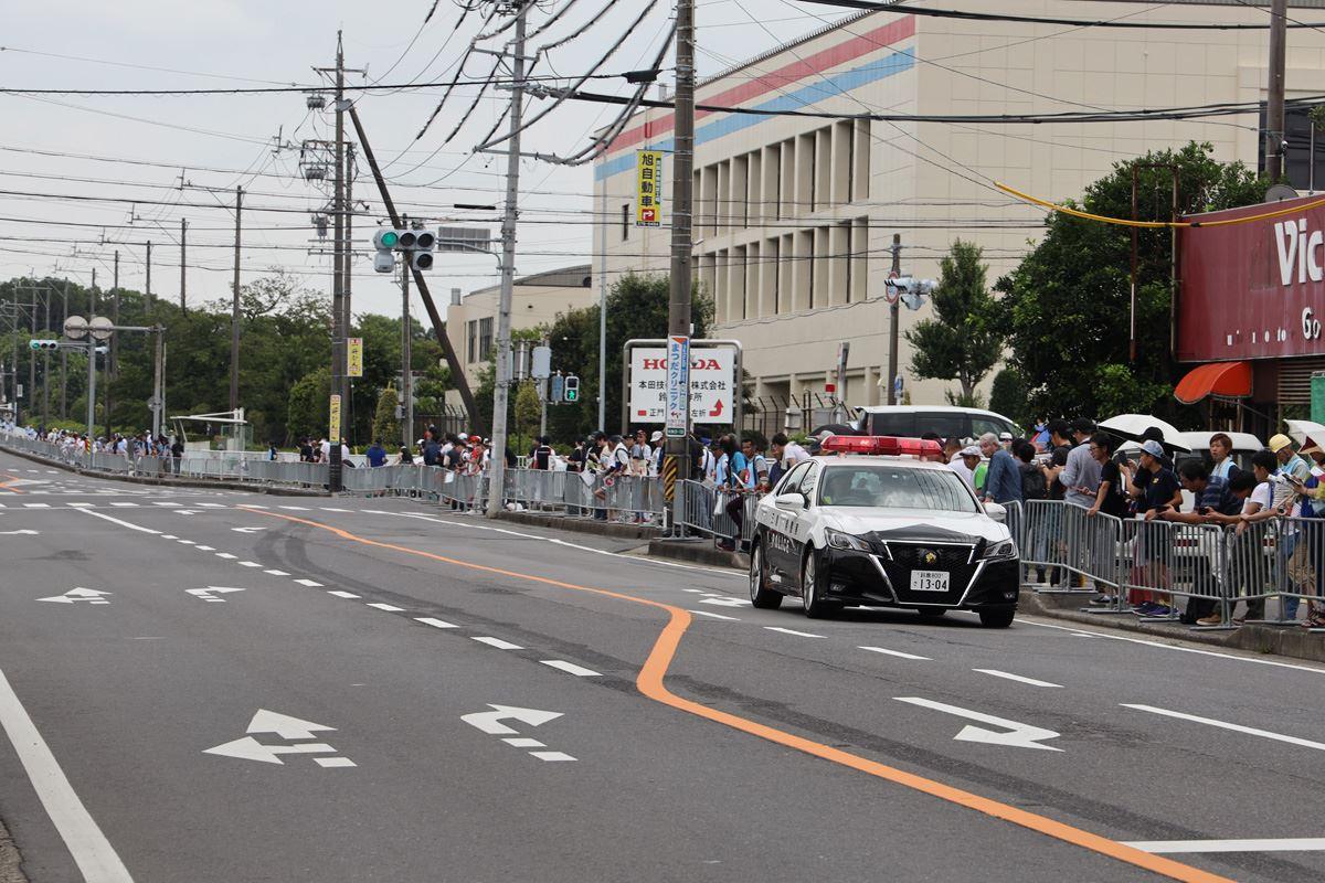 道路封鎖を確認するパトカー
