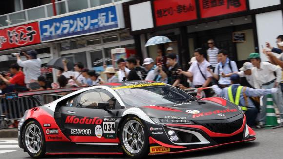 鈴鹿市内をパレードするレーシングカー