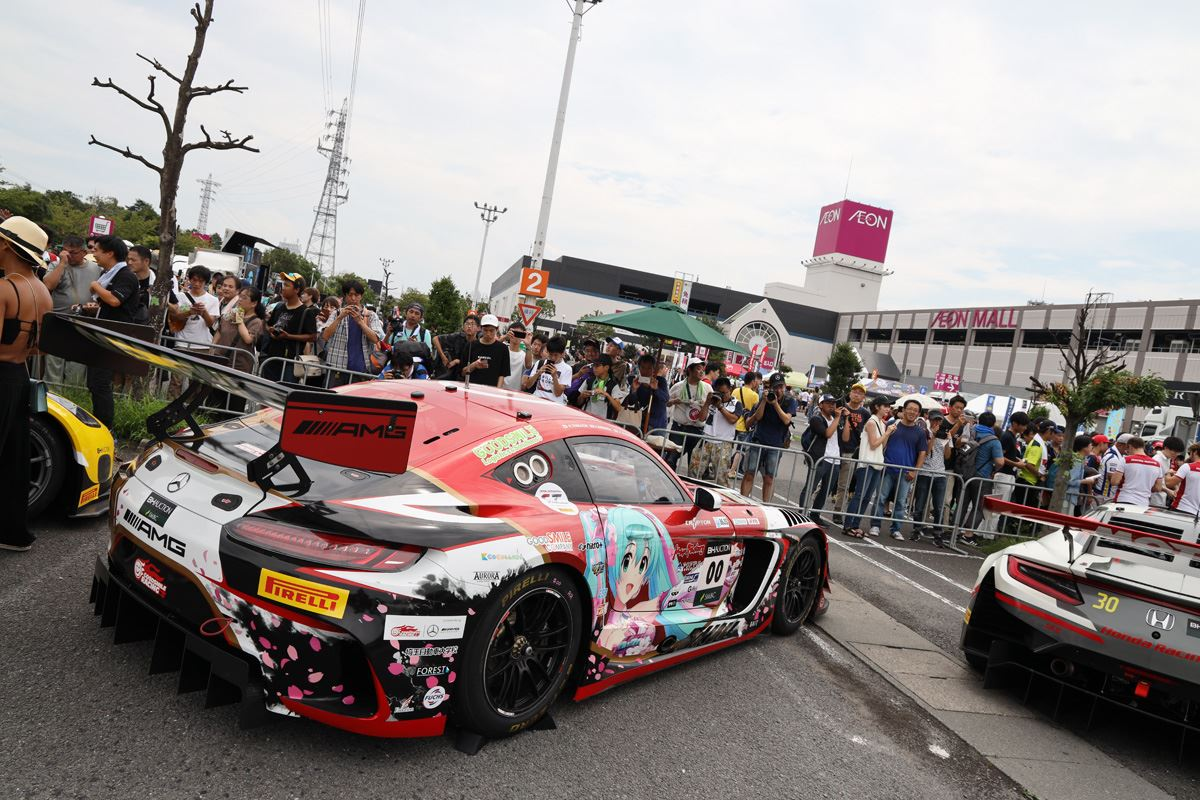 イオンモールに展示されるレーシングカー