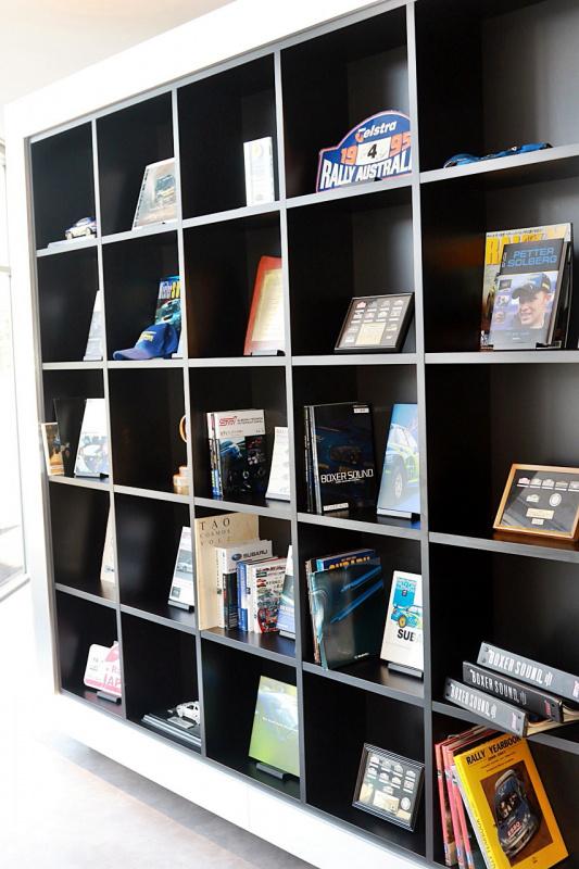STIにまつわる貴重な資料や記念品などが収納される書棚