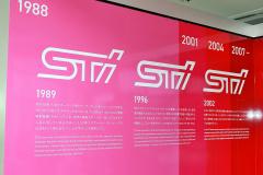 STIのチェリーピンクでサーキットを模したロゴの謎