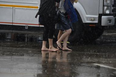 裸足で歩く人々