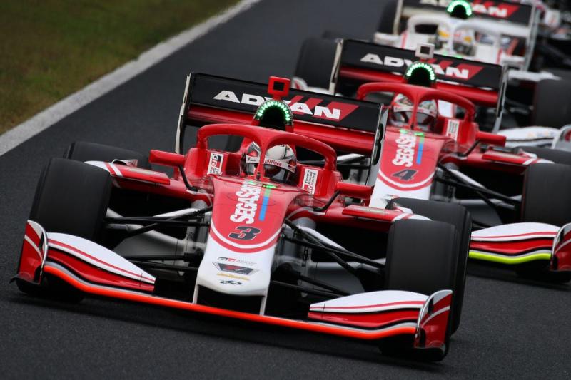 スタート直後のKONDO Racing Teamの2台