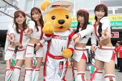 くま吉とともに山下健太選手の優勝を喜ぶレースクイーン