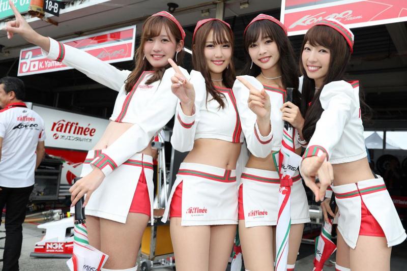山下健太選手の優勝を喜ぶレースクイーン