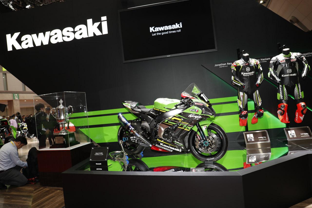 「鈴鹿8耐を制した1000ccレースマシン「カワサキ・ニンジャZX-10RR」がトロフィー とともに登場!【東京モーターショー2019】」の3枚目の画像
