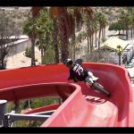 ウォータースライダーをバイクで走る! 誰もが一度は想像したあのシチュエーションが楽しそう -