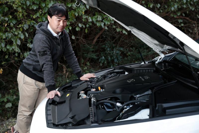 VR30DDTTエンジンを確認する工藤レポーター