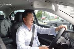 ドライブ中の清水和夫さん