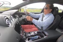 ジャガーXJR575を試乗する清水和夫さん