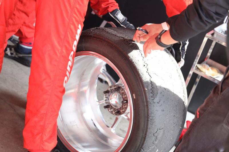 タイヤのピックアップ現象