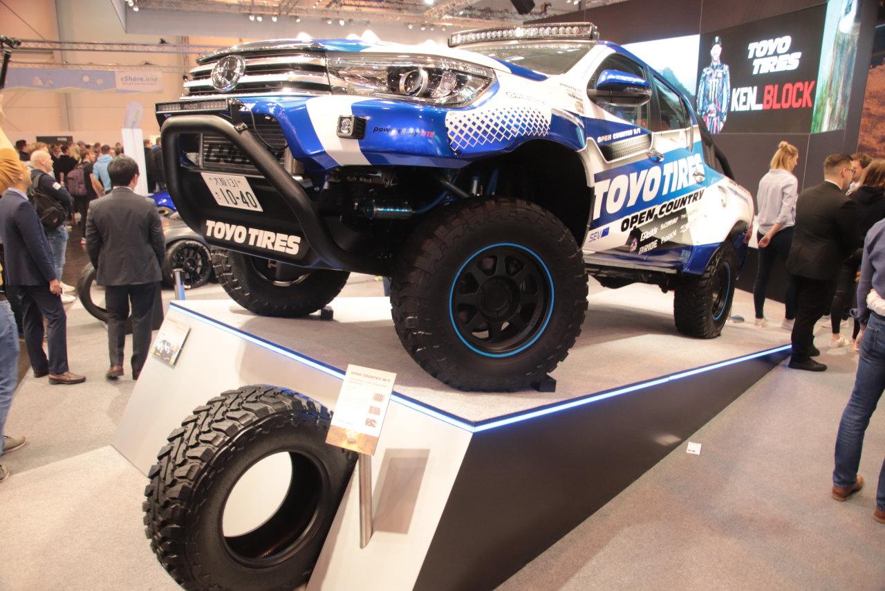 「OPEN COUNTRY M/T」装着のオリジナルデモカー「TOYOTA Hilux」