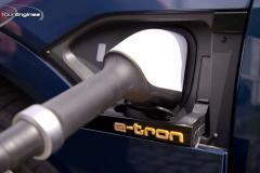 e-tronの充電口