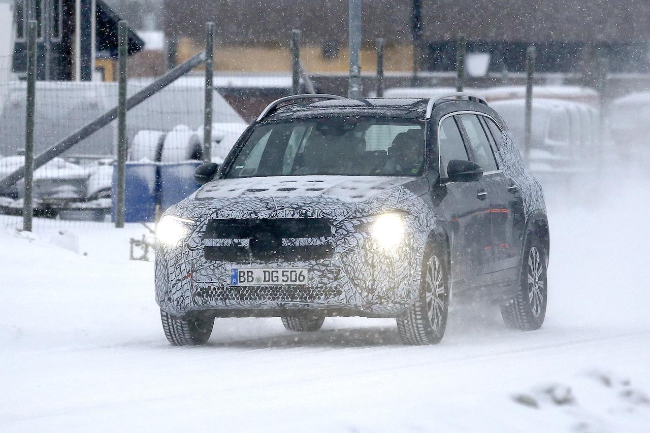 「摂氏マイナス40度でもスイスイ走る! メルセデス・ベンツの新型EV「EQB」をキャッチ」の1枚目の画像