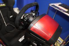 スラストマスターのハンドルコントローラ