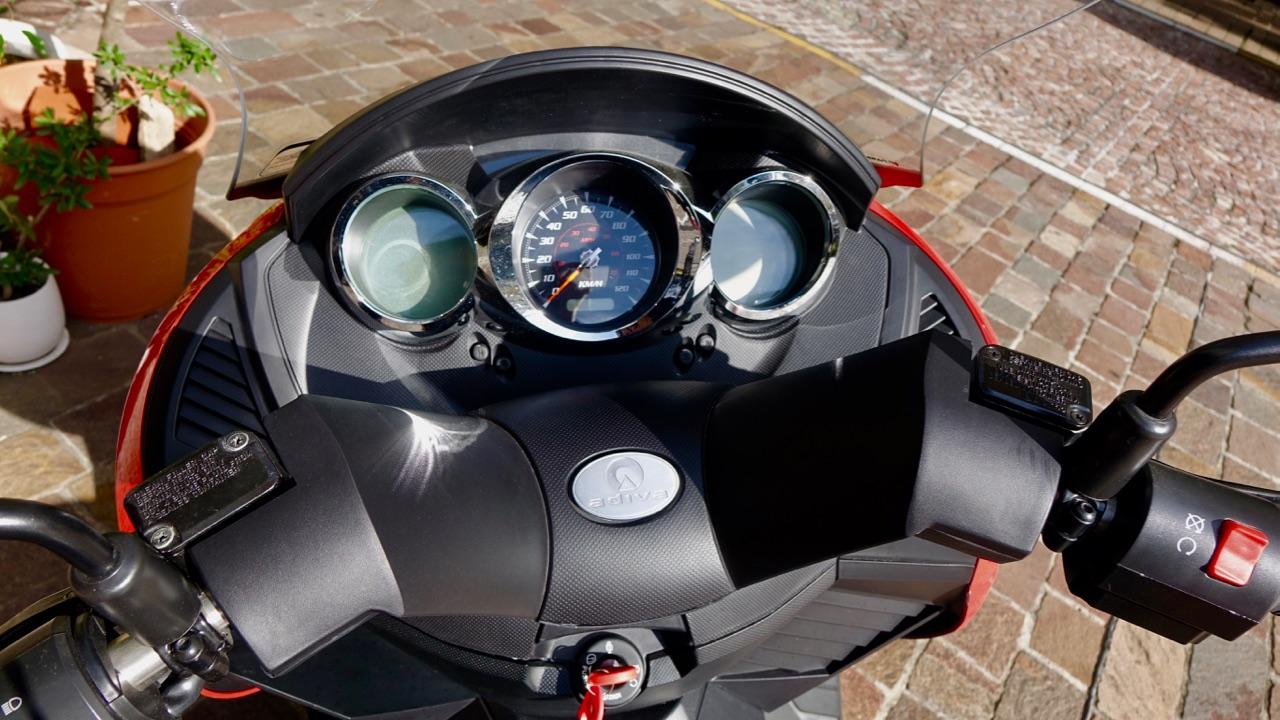 「レバー1本でアクセル&回生ブレーキを操作可能なADIVA VX-1は新感覚の電動スクーターだ!」の3枚目の画像