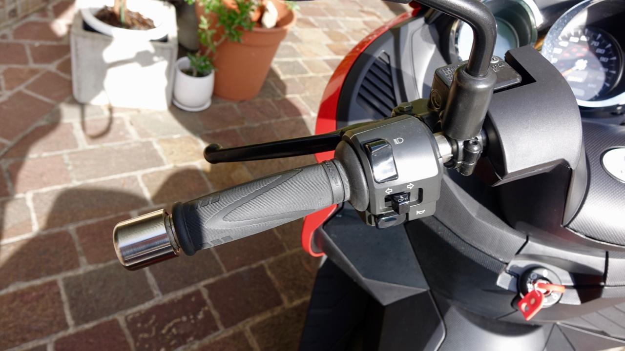 「レバー1本でアクセル&回生ブレーキを操作可能なADIVA VX-1は新感覚の電動スクーターだ!」の4枚目の画像