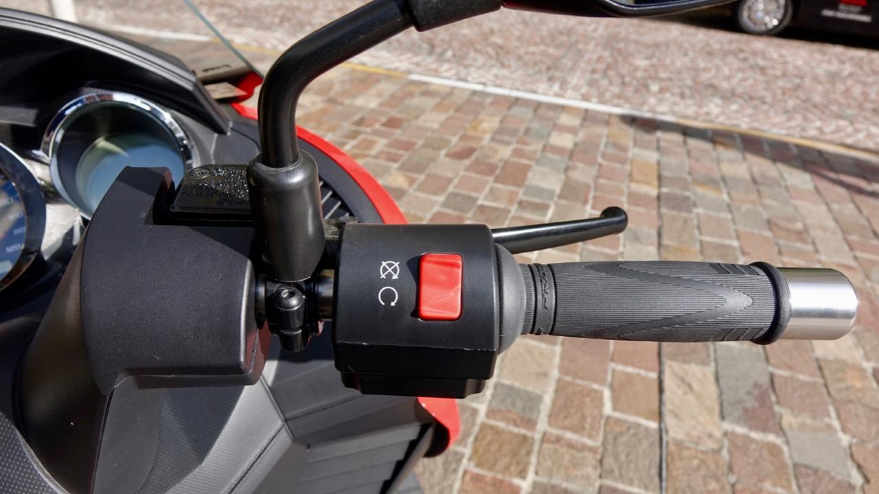 「レバー1本でアクセル&回生ブレーキを操作可能なADIVA VX-1は新感覚の電動スクーターだ!」の5枚目の画像