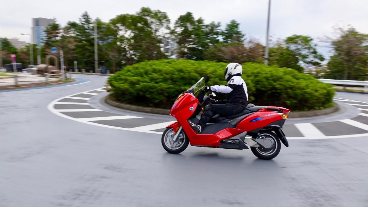「レバー1本でアクセル&回生ブレーキを操作可能なADIVA VX-1は新感覚の電動スクーターだ!」の12枚目の画像