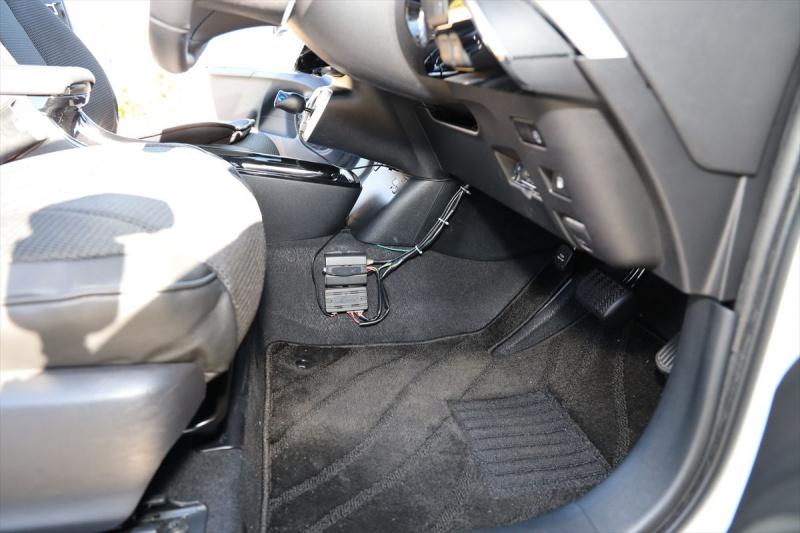データシステムの急発進防止装置を取り付けたプリウスの車内
