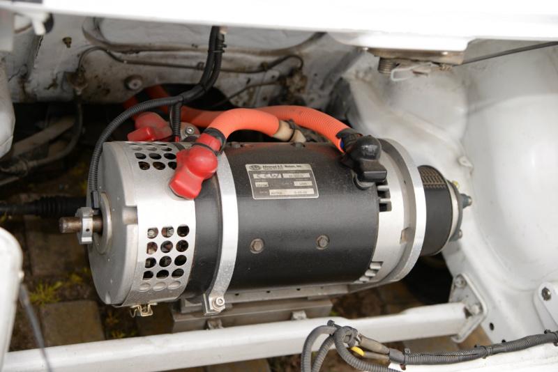 フロンテクーペEVのエンジンルーム。