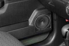 ドアトリムを透けさせた、スピーカーの取り付け状態をイメージした合成写真。