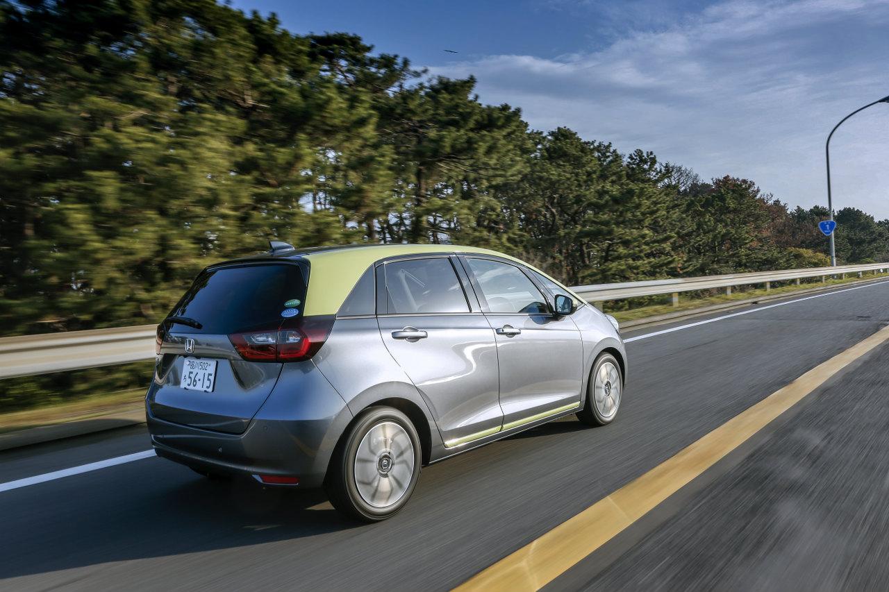 「ヤリスvsフィット、ガソリンvsハイブリッド…自動車評論家が選ぶベストバイはどれだ!?」の1枚目の画像