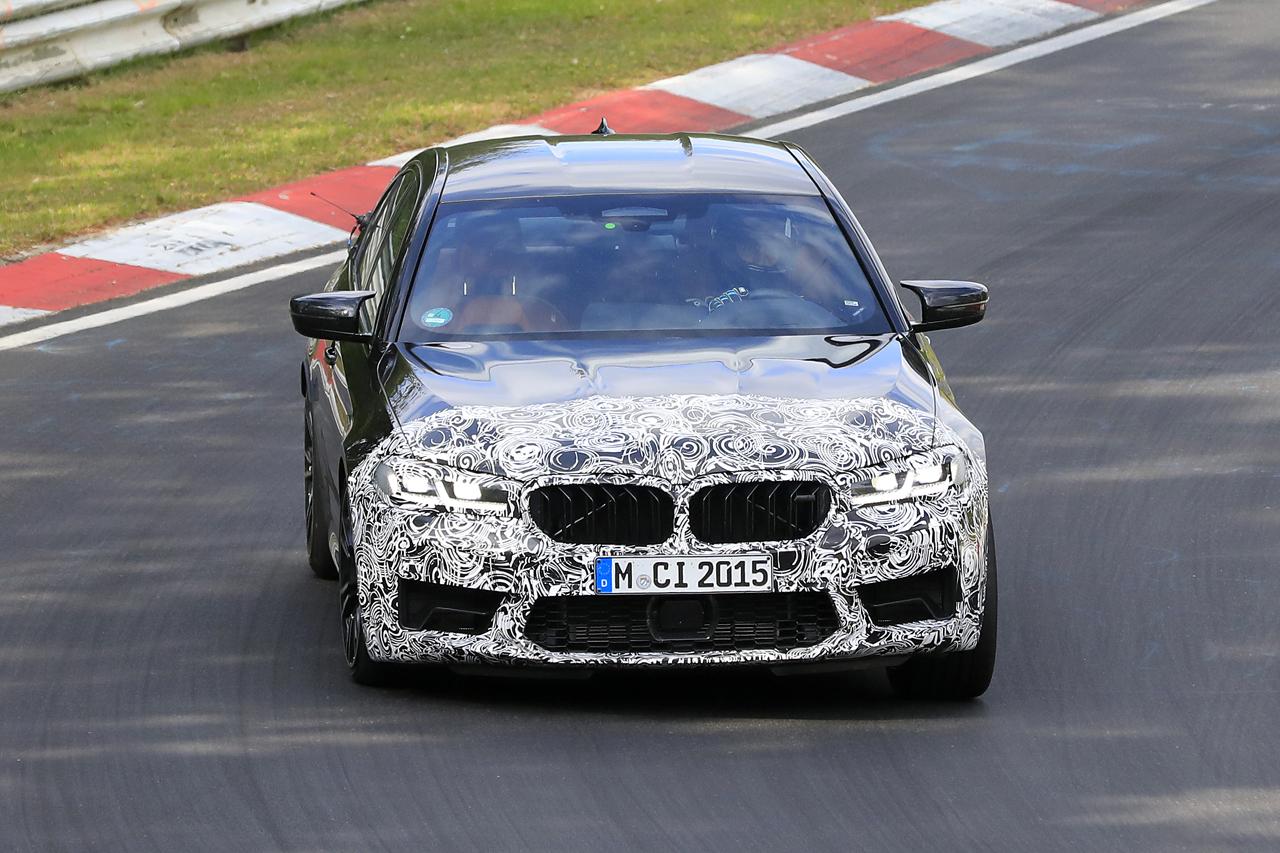 「BMW M5セダン改良型の最終デザインが鮮明に。ニュルで高速テスト」の1枚目の画像
