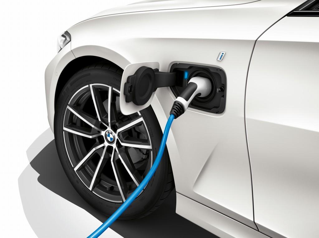 「BMWが最大55万円値下げ! エコカーの衝撃的お買い得な新グレードに落とし穴は? 装備は? 」の1枚目の画像