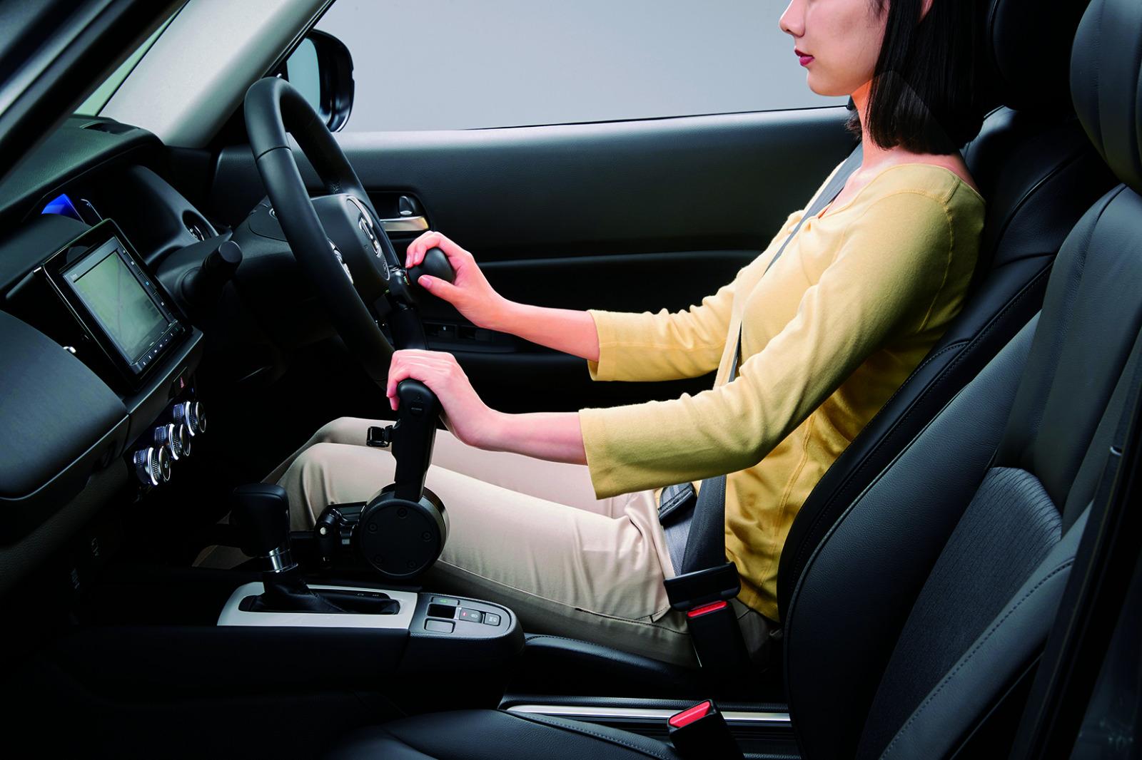 「身体が不自由でもクルマでの移動、運転を諦めない! 運転補助装置が付いた高齢者や障がい者向けのクルマ」の3枚目の画像