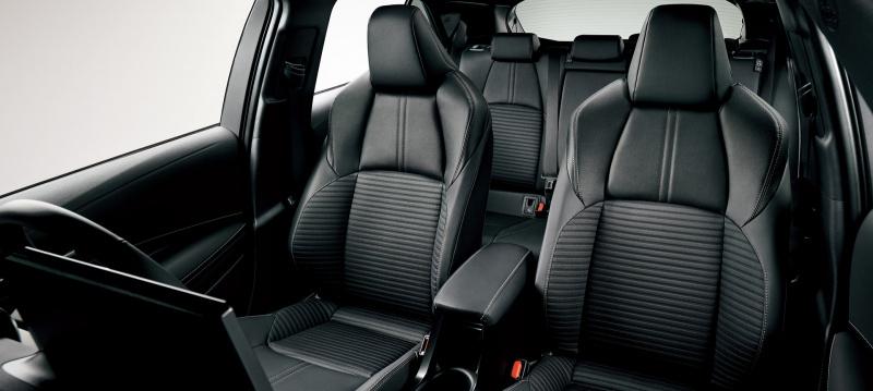 レザテック®と合成皮革を組み合わせたブラックの専用シート表皮を採用したスポーティシート