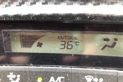 炎天下クルマの温度計