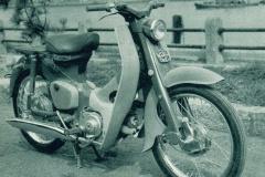 ホンダ スーパーカブ(1958(昭和33)年8月)。