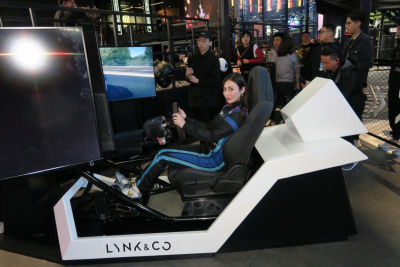 上海オートショー2019、LYNK&COブースにてシュミレーターデモ