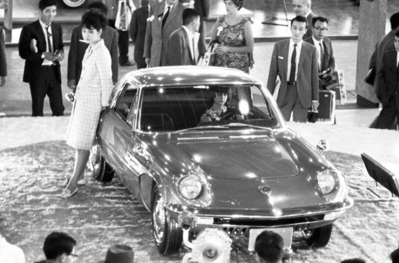 1964(昭和39)年の第11回東京モーターショーに参考展示されたコスモスポーツ試作車。