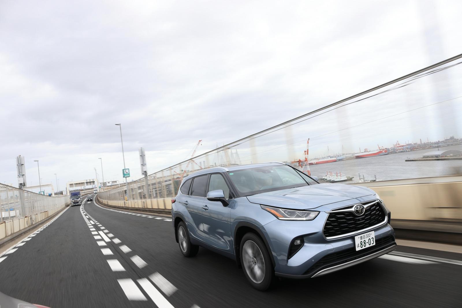 「「日本では買えない3列シートSUV」トヨタ・ハイランダーに試乗。日本では味わえない乗り味とは?」の2枚目の画像
